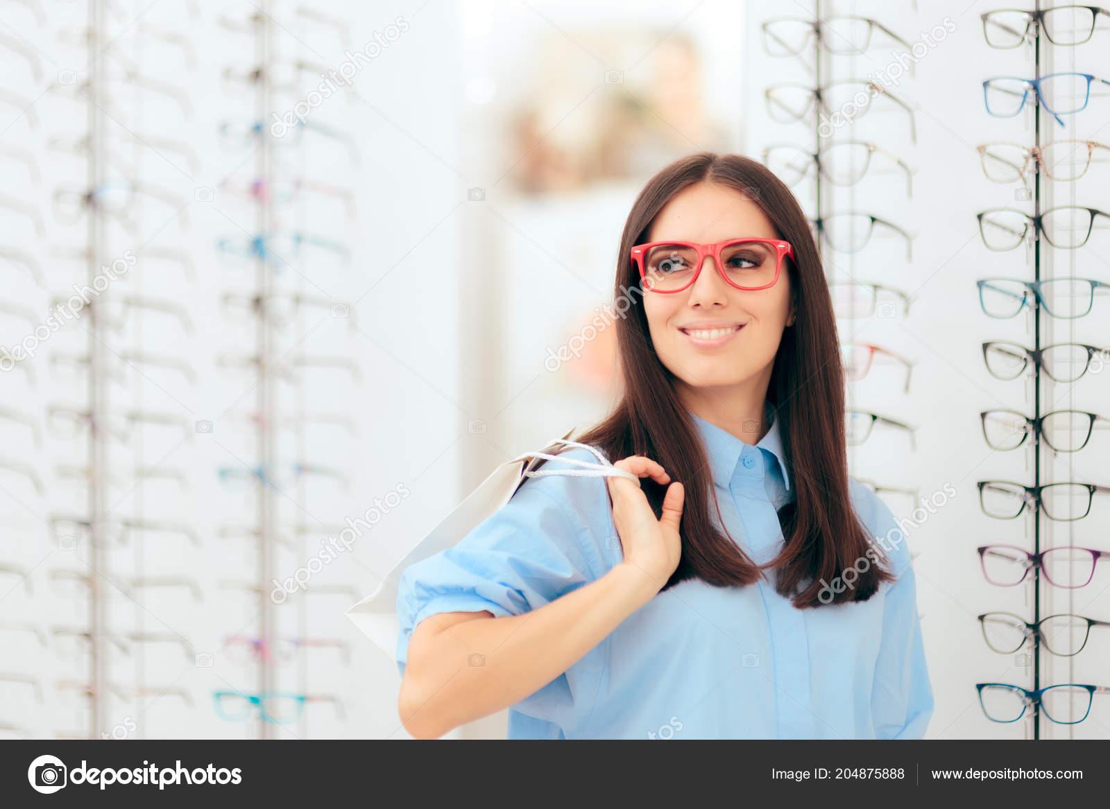 dbde5ffdc2 Κορίτσι Ψώνια Για Γυαλιά Στην Πώληση Σεζόν Στο Κατάστημα Οπτικών– εικόνα  αρχείου
