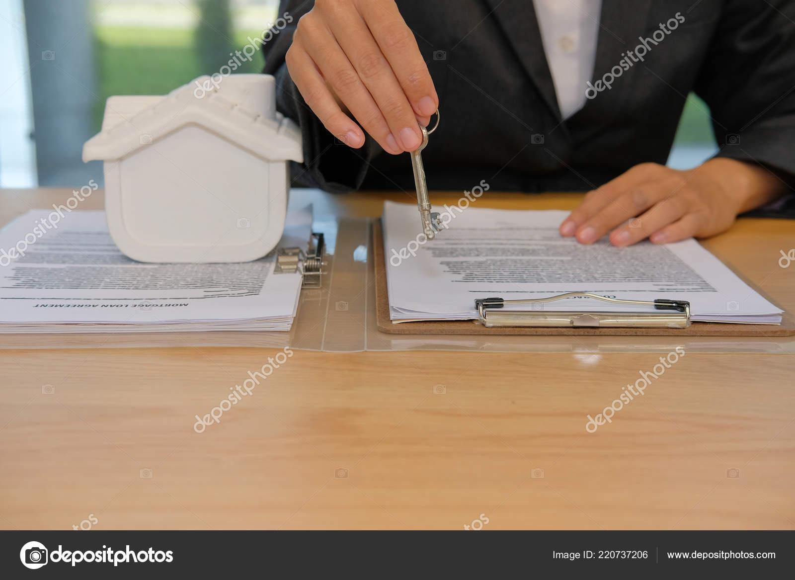 Agente Corretor Imóveis Com Casa Modelo Chave Hipoteca