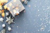 Fotografie Vánoční stříbrné ručně vyráběné dárkové krabice na modrém pozadí horní zobrazit. Veselé vánoční pozdrav card, rám. Zimní vánoční prázdninové téma. Šťastný nový rok. Noel. Rozložení bytu