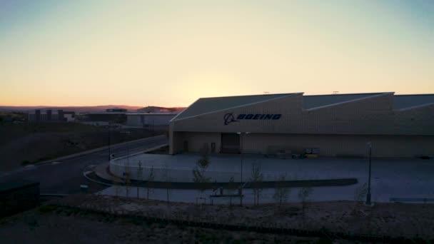 Luftaufnahmen der Boeing Uk Flugzeugfabrik vor einem wunderschönen Sonnenuntergang