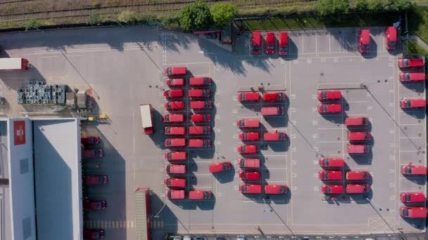 Sheffield, Uk - 20. Juni 2019: 4k Luftaufnahme von Royal Postal Delivery Trucks, die im Sheffield-Depot abgestellt sind. Bidseye-Ansicht.