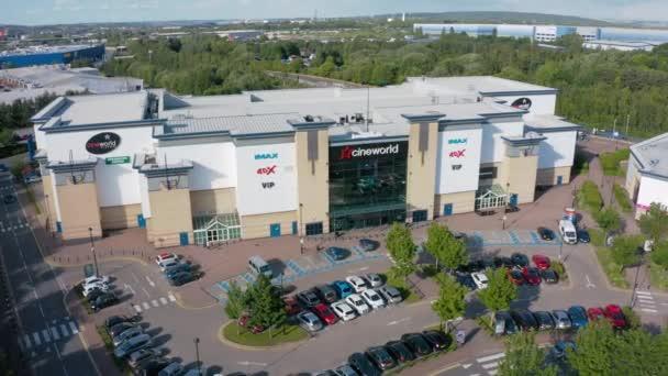 Sheffield, Uk - 20. Juni 2019: 4k Luftaufnahmen des Cineworld Imax Gebäudes bei centertainment in Sheffield, Yorkshire, Uk.