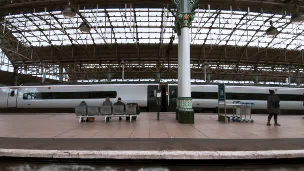 Manchester, Uk - 9. října 2019: Pohled na nádraží Manchester Piccadilly zevnitř vlaku