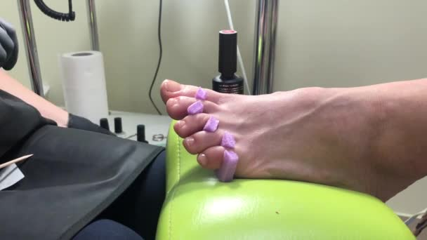 Pedikúra. V salónu krásy Pán dělá krásu na nohách ženy. Loupání nohou, pedikúra