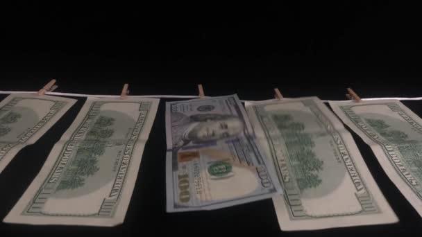 der Dollar ist trocken. Dollar am Seil mit Wäscheklammern.