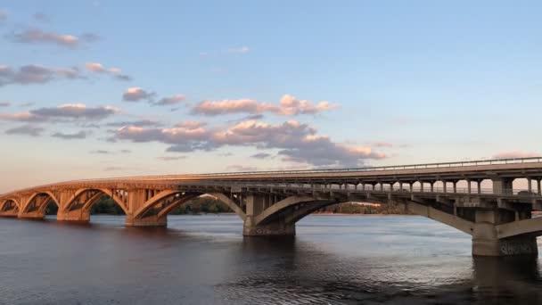 Most přes širokou řeku. Řeka Dnieper v Kyjevě, pohled na Bridge-Metro. Časový výpadek