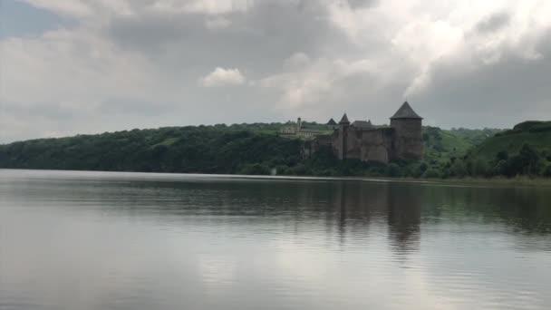 Khotyn vár-a fenséges középkori erődítmény Ukrajnában. Az ősi erőd a Dniester-folyó partján épült. Chernivtsi régió, város Khotyn, a romok a vár.