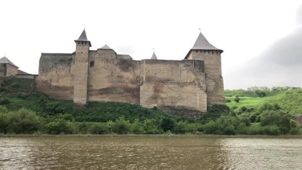 Hrad khotyn-majestátní středověká pevnost na Ukrajině. Starověká pevnost byla postavena na březích řeky Dniester. Černivci, město Khotyn, rozvaliny pevnosti.
