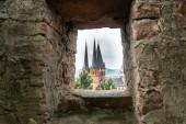Bavorské památky. Zřícenina starého hradu. Pohled na kamennou baštu. Kamenná středověká budova. Dějiny Německa.