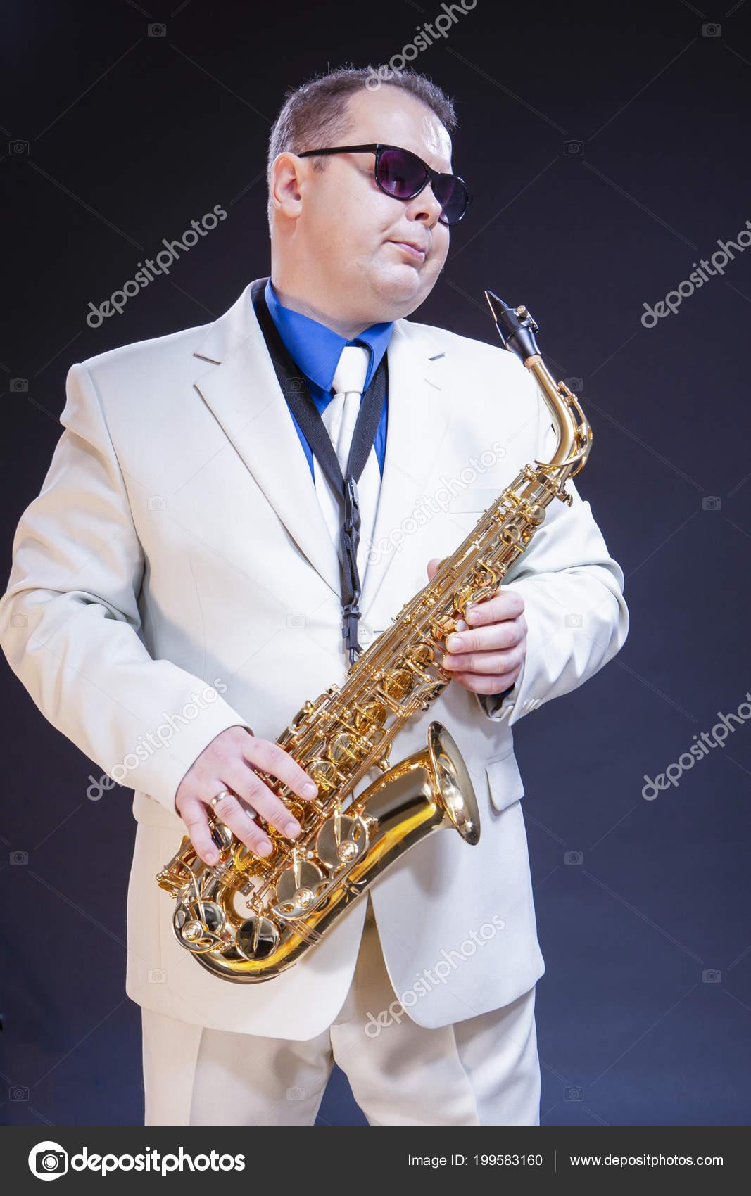 Fotos Hombre Sobre Sol — Con Posando Gafas Soñar Saxofonista Sax IE29YWDH