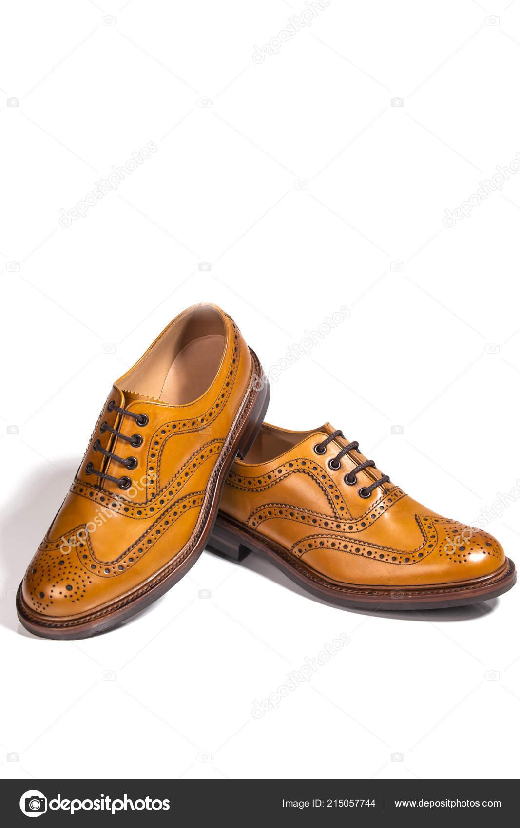 ce9371d962 Calzado de hombres. Un par de zapatos Oxford de cuero lleno de Tan  Broggued. Colocado el uno del otro. Aislado sobre fondo blanco.