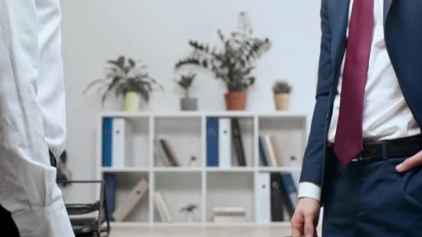 částečný pohled dvou podnikatelů potřesení rukou přitom stát v úřadu