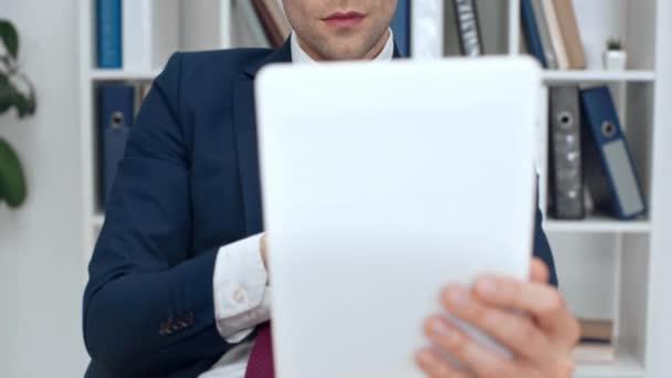 szelektív összpontosít, szép, komoly üzletember használ digitális tábla irodában