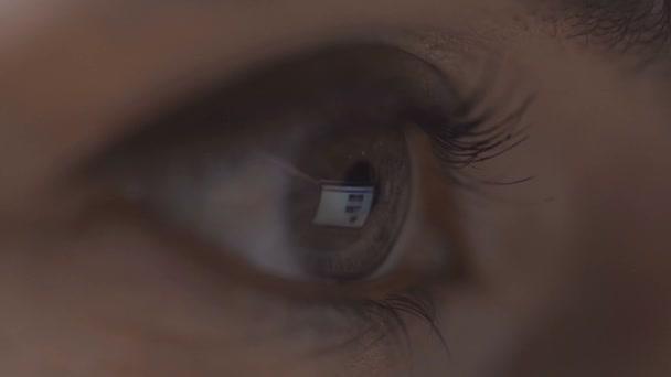 közelről kilátás-ból asszony tekerő oldalak-ra számítógép-val idegen rádióadást figyel elmélkedés-ban szem elszigetelt-ra szürke