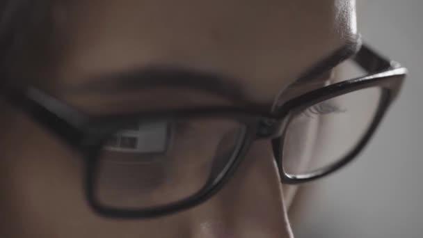 közelről kilátás-ból asszony tekerő oldalak-ra számítógép-val idegen rádióadást figyel visszatükrözés-ban szemek elszigetelt-ra szürke