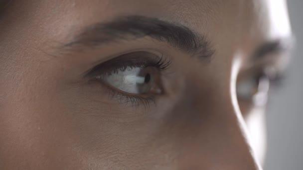 közelről kilátás-ból asszony-val számítógép idegen rádióadást figyel visszatükrözés-ban szemek hunyorgott elszigetelt-ra szürke