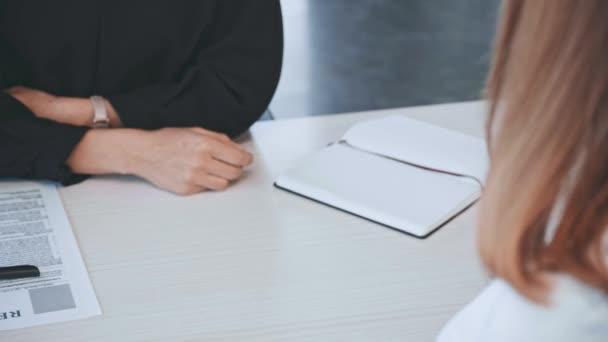 nyírt érdekében üzletasszony és az ember kezet rázva után állásinterjún