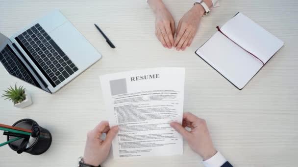 tető kilátás-ból ember giving újrakezd-hoz asszony bevétel toll és tárolás mellett CV és reszkető kezek mellett laptop hivatalban