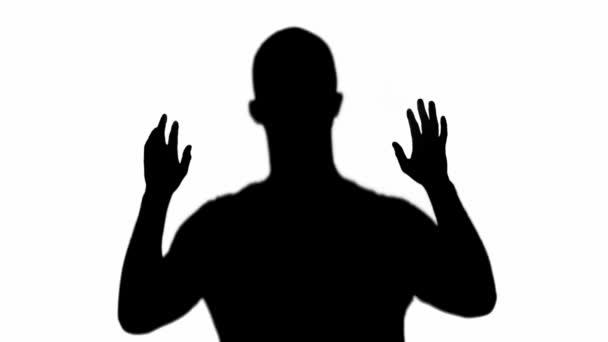 silhouette delluomo lentamente alzando le mani isolate su bianco