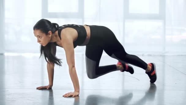 krásná mladá sportovec s běžícím prknu ve sportovním centru