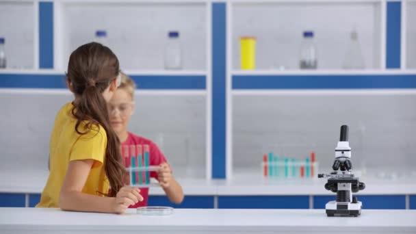 Glückliche Kinder im Labor im Fokus
