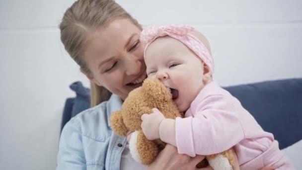 aranyos baba harapós mackó közelében anya