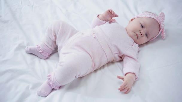 stropní pohled na rozkošné dítě ležící na posteli