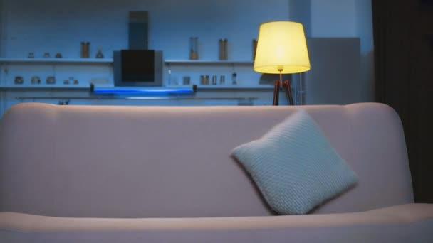 člověk na pohovce a kouká na televizi v obývacím pokoji