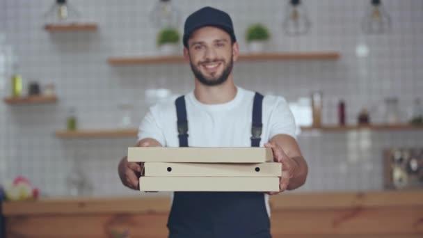 Šťastný doručovatel dává pizza krabice