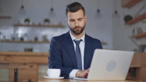 üzletember laptop hitelkártyával és terminál fizetés kávéházban