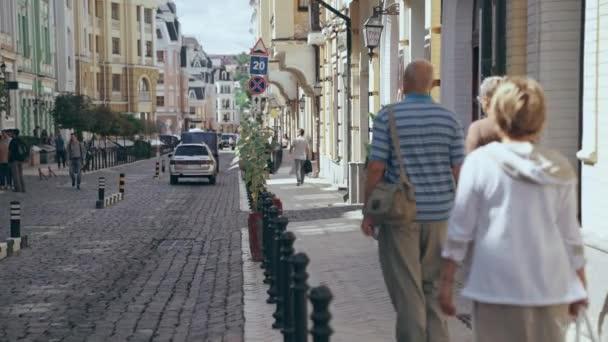 Kyjev, Ukrajina-9. července 2019: lidé chodící ve dne na ulici