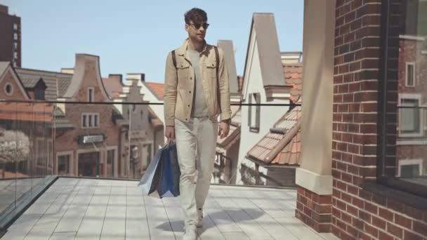boldog ember séta bevásárló táskák