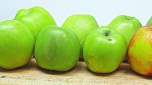 Vágott nézet az ember vesz alma fa felületen elszigetelt fehér