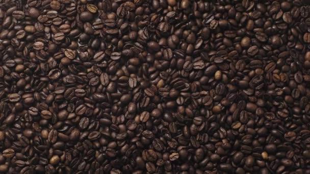 vrchní pohled na aromatická a pražená kávová zrna