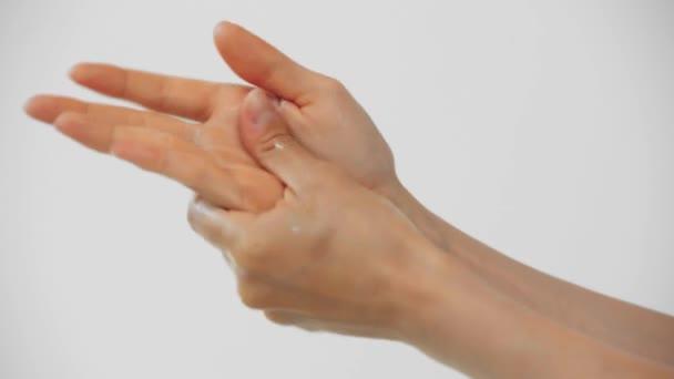 Vágott kilátás nő alkalmazása kézkrém elszigetelt szürke