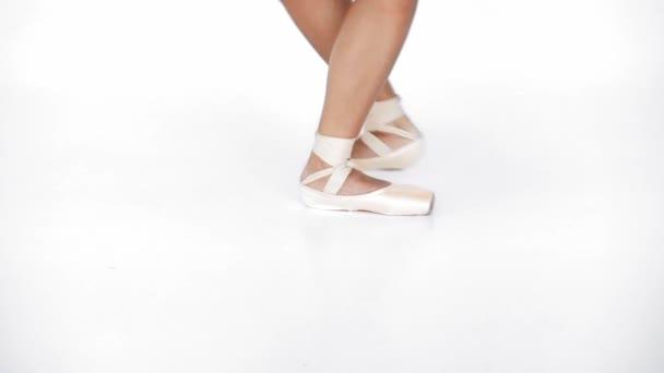 Teilansicht der Ballerina, die auf weißem Hintergrund tanzt