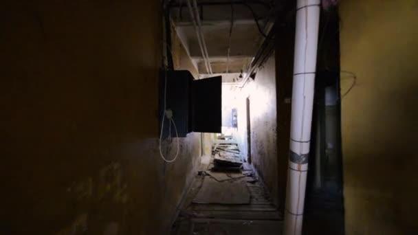 Strašidelný opuštěná farma stavení, kryté záběry. Steadicam záběry. Strašidelné místo.