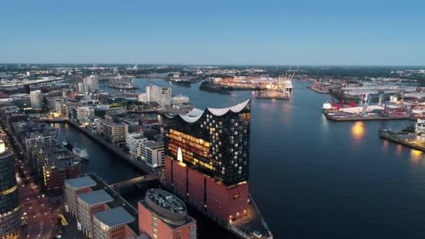 Hamburg Innenstadt Finanzbezirk Stadtstraßen Gebäude Bürohochhäuser Fährterminal. beleuchtete Schiffe mit Blaulicht an der elbe, Hamburg).