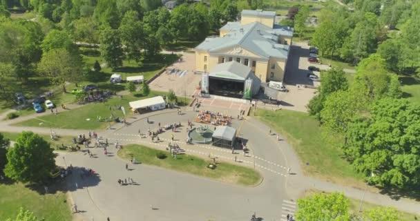 Lidé párty a tančí na hudebním festivalu v úžasné Green Park