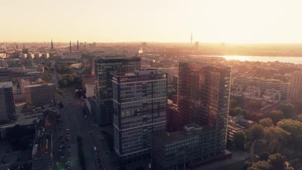 eine untergehende Luftaufnahme von Hochhäusern in Hamburg (Deutschland). Luftaufnahme des Geschäftszentrums.