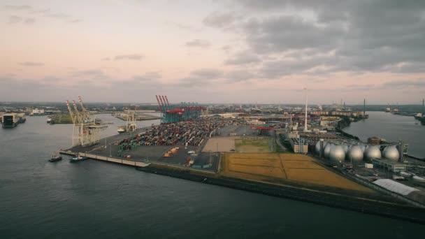 Boote, Schiffe und schöne Gebäude. Industriegebiet, viele Frachtcontainer.