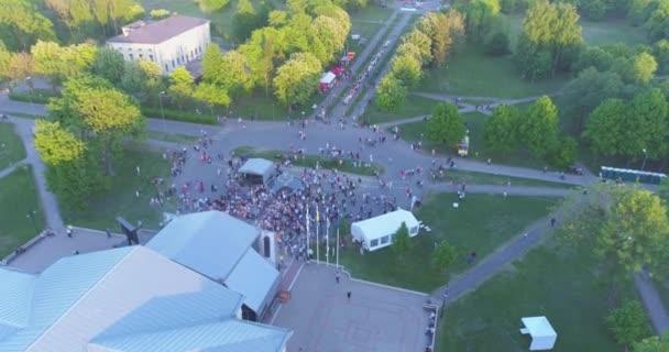Lidé párty a tančí na hudebním festivalu v úžasné Green Park.
