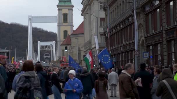 Budapest Magyarország 03 15 2019 magyar és európai uniós zászlók a budapesti Erzsébet hídhoz