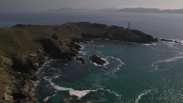 maják na útesu na pozadí nádherné Mořské krajiny