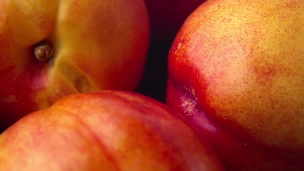 Édes friss nektarin babalövés természetes fényben közelről. 4k ProRes 422 szám