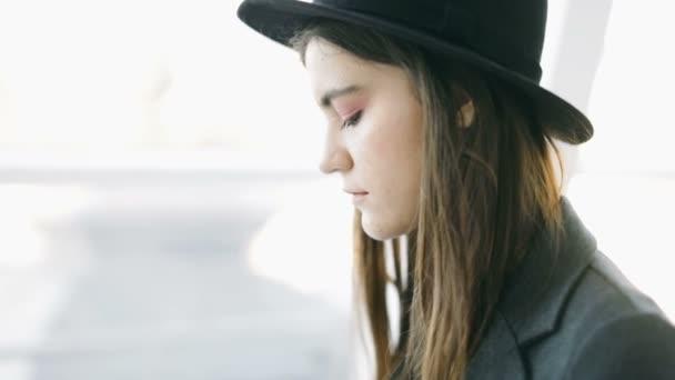 Ripresa fotografica vicino filmati video. Elegante giovane donna fotografa in cappello. giornalista giornalista. Luce posteriore morbida