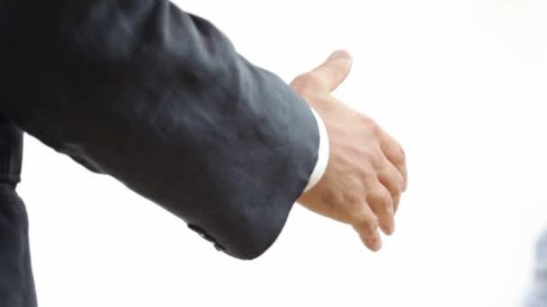 Handshake. Hd1080p: dva podnikatelé potřesení rukou. Izolované na bílém pozadí