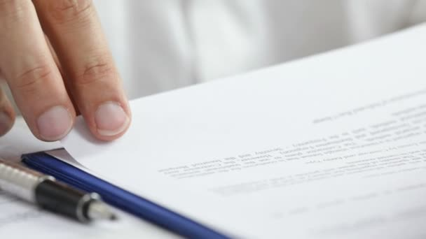 Vertragsunterzeichnung. hd1080p: Geschäftsmann bei der Vertragsunterzeichnung. Unterschrift ist gefälscht