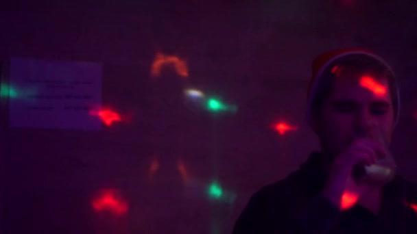 trauriger Kerl mit Weihnachtsmann-Hut, der Alkohol trinkt.