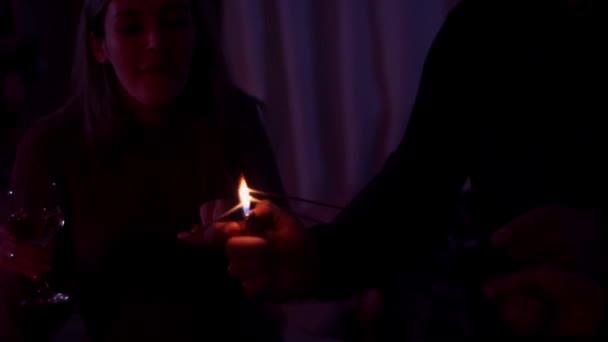 Freundin setzte Wunderkerze in Brand.
